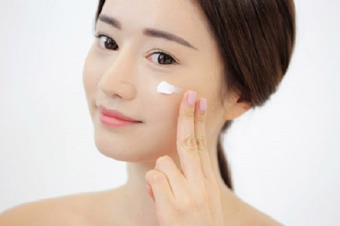 Sau khi rửa mặt chỉ cần bôi 1 lượng nhỏ kem lên vùng da bị mụn