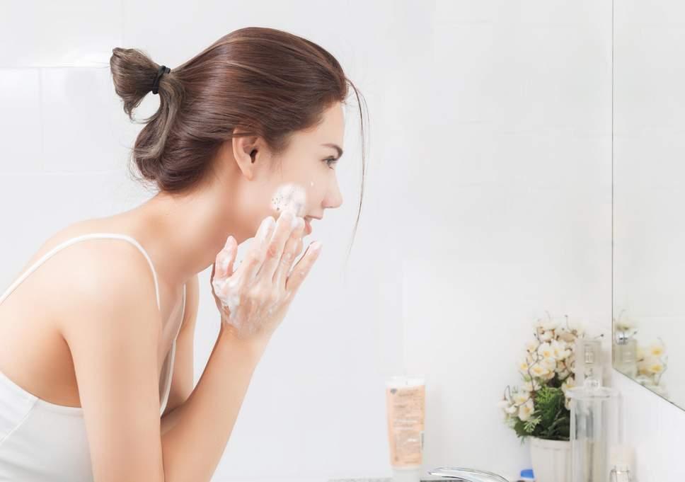 Sử dụng sữa rửa mặt giúp trị mụn
