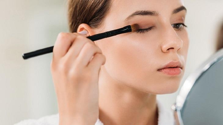 """Cách đánh phấn mắt cơ bản cho những nàng """"tập tành make-up"""""""