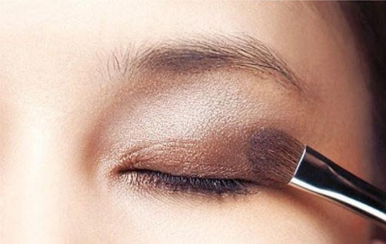 Màu da tối nên chọn phấn mắt có thể giúp tạo độ sâu cho đôi mắt hơn