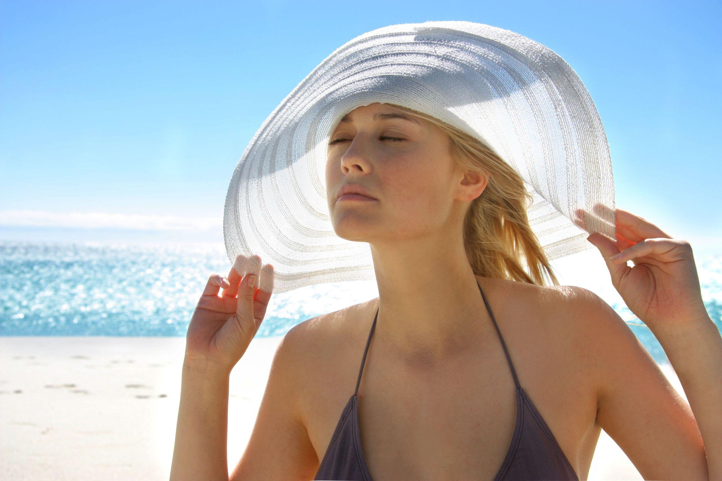 Ánh nắng mặt trời là một trong những nguyên nhân khiến da mỏng yếu