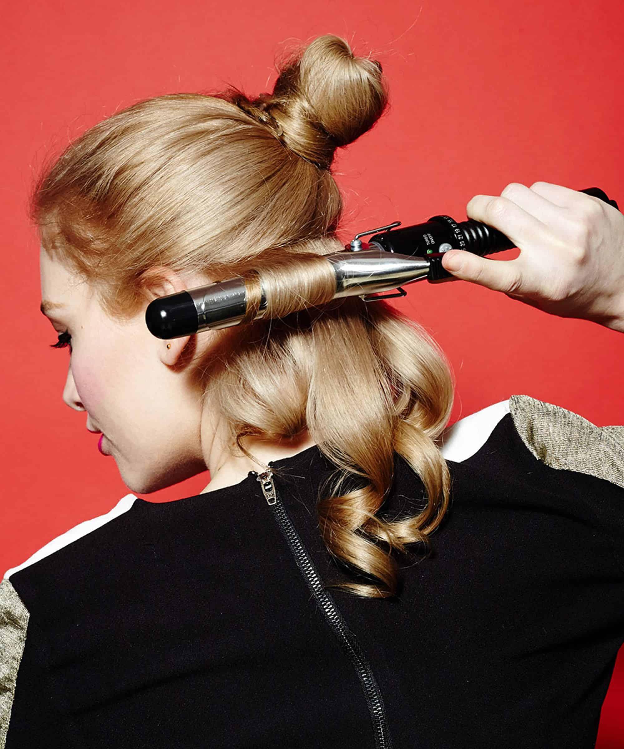 Chia tóc thành từng lọn nhỏ để uốn