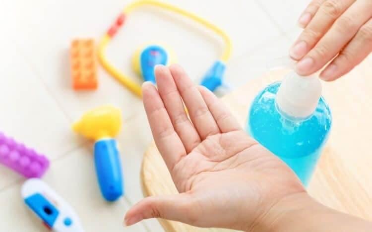 Bé nên sử dụng gel rửa tay khô sau khi chơi trò chơi