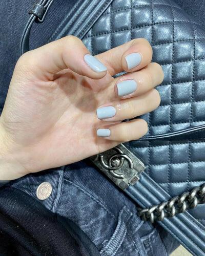 Màu xanh baby blue mang lại nét đẹp nền nã tự nhiên cho những cô nàng da trắng