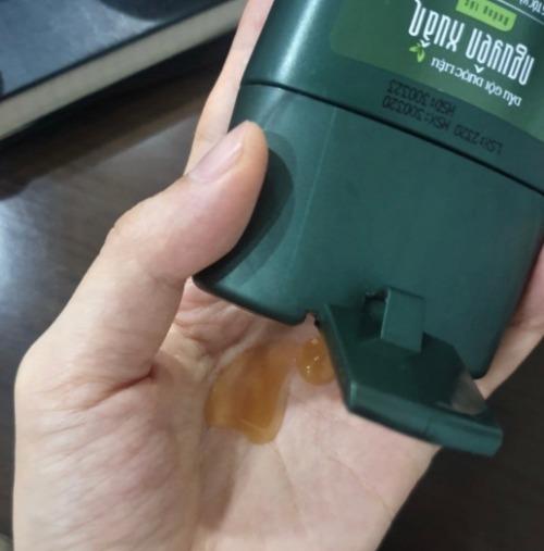 Sản phẩm có màu vàng ngà, mùi hương cực kỳ dễ chịu và không tạo nhiều bọt.