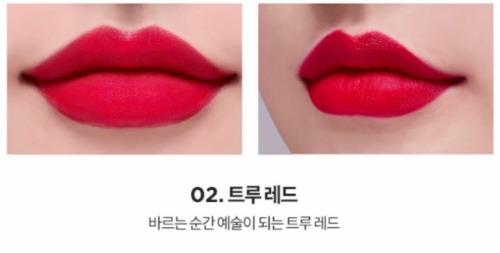 Sắc đỏ hồng quen thuộc thích hợp cho những cô nàng dịu dàng, thích lối makeup kẹo ngọt.