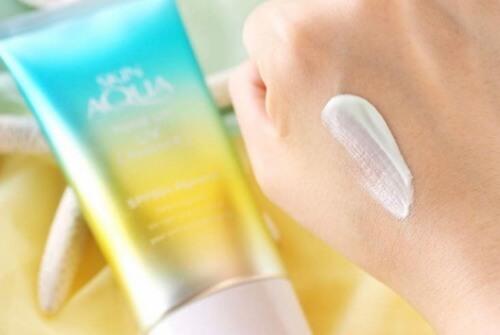 Kem chống nắng Skin AQUA màu xanh giúp cân bằng màu da, che đi những khuyết điểm trên mặt mộc.