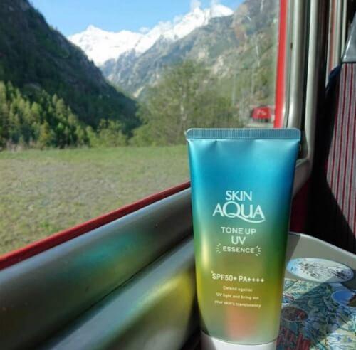 Kem chống nắng Skin AQUA màu xanh sở hữu mức giá bình dân.