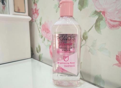 Em nước tẩy trang có chiết xuất hoa hồng Pháp dịu nhẹ từ Pond's Vitamin Micellar Water Brightening Rose.