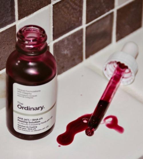 Serum The Ordinary AHA 30% + BHA 2% Peeling Solution có màu đỏ.