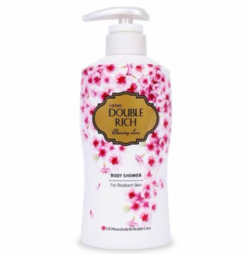 Hương thơm của hoa anh đào giúp nàng thư giãn mà làn da vẫn được chăm sóc kỹ càng.