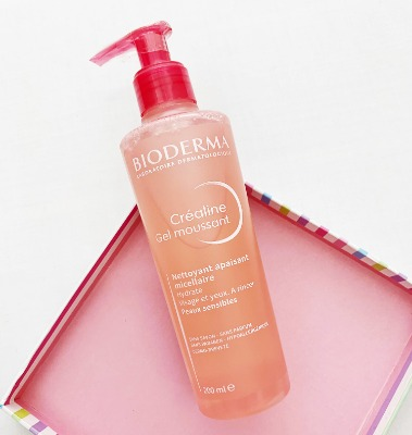 Bề ngoài hồng hường xinh xinh của sữa rửa mặt dạng gel Bioderma dành cho da nhạy cảm.