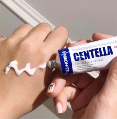 Kết cấu kem trị mụn Centella mỏng nhẹ, không gây bết dính.