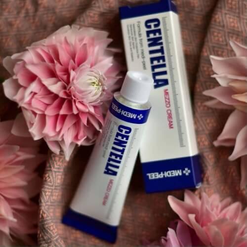 Kem trị mụn Centella không giúp tiêu diệt mụn ẩn nhưng làm dịu da, giảm sưng viêm.