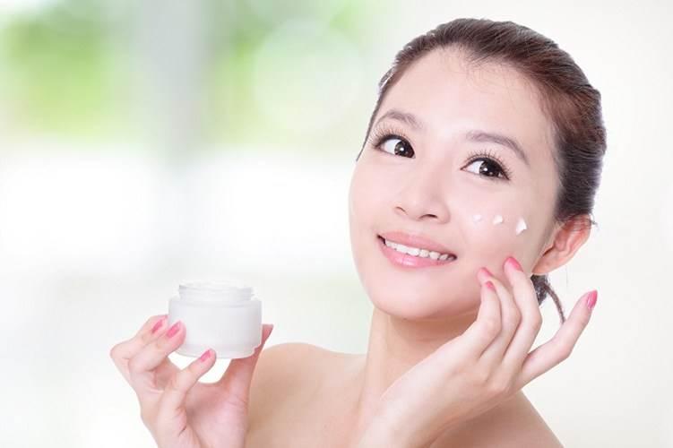 Sử dụng kem dưỡng mỗi ngày giúp da khỏe mạnh, căng bóng.
