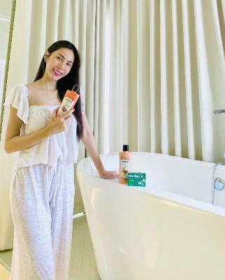 Nữ ca sĩ Thủy Tiên là một fan chân chính của dòng sữa tắm thảo dược này.