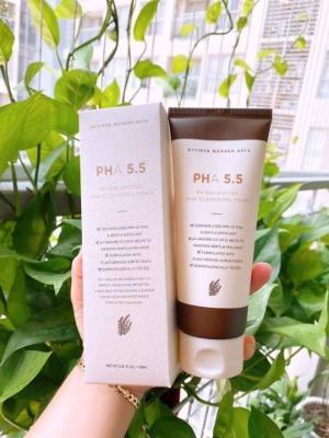 Sữa rửa mặt PHA 5.5 tẩy da chết nhẹ nhàng nhưng không hề gây khô da.
