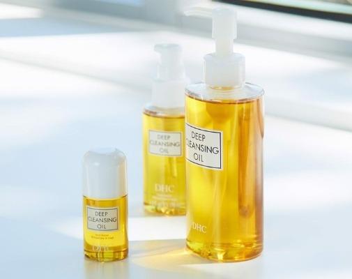 Bạn nên thử dùng máy rửa mặt với dầu tẩy trang để thấy hiệu quả làm sạch da